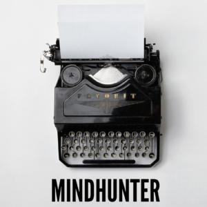 Machine à écrire sur fond gris