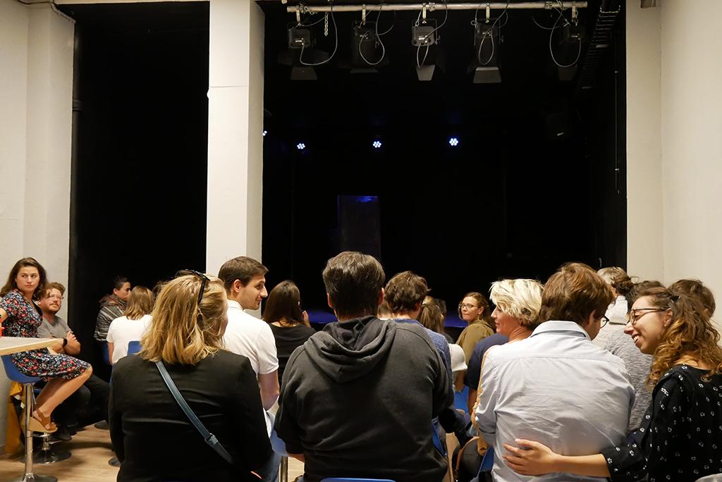 Vue du public et de la scène de la Fabrique à Impros